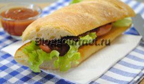 Миниатюра к статье Бутерброды с колбасками и луком на сковороде