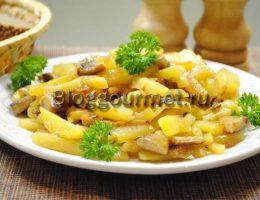 жареная картошка с грибами на сковороде