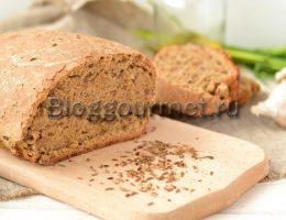 Правильнее, конечно, будет сказать ржано-пшеничный хлеб, так как в нем по весу больше ржаной муки, чем пшеничной. Однако в рецепте этого хлеба главный герой – это солод. Если хотите получить по-настоящему черный хлеб чисто из ржаной муки, без добавления каких-либо красящих ингредиентов, типа кофе (есть в сетевых рецептах и такое), то без солода при выпечке хлеба не обойтись. В нашей семье любителей чисто «черняшки» нет, для нас подходит хлеб скорее темный, чем черный. Поэтому я и разбавляю ржаную муку пшеничной. А кроме того, научиться печь качественный ржаной хлеб, надо еще научиться. Сначала у многих, получается что-то сырое, тяжелое и клейкое, мало на хлеб похожее. Я оказалась в их числе, поэтому добавление пшеничной муки в ржаную для хлеба для меня все-таки более удачный вариант. Пшенично-ржаной хлеб получается гораздо темнее домашнего пшеничного хлеба. Он плотнее, тяжелее, но однозначно полезнее! Еще хочу добавить, что без солода темный хлеб совсем не то! Солод - это и аромат, хотя мне хочется сказать