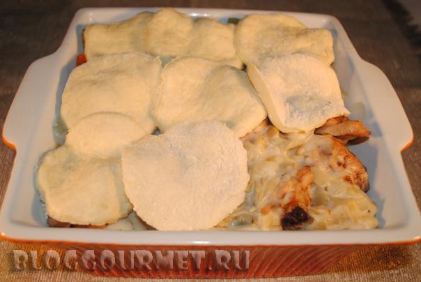 Курица, тушеная с белым соусом и сырными булочками