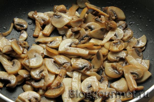 Салат со свининой, грибами и яблоком