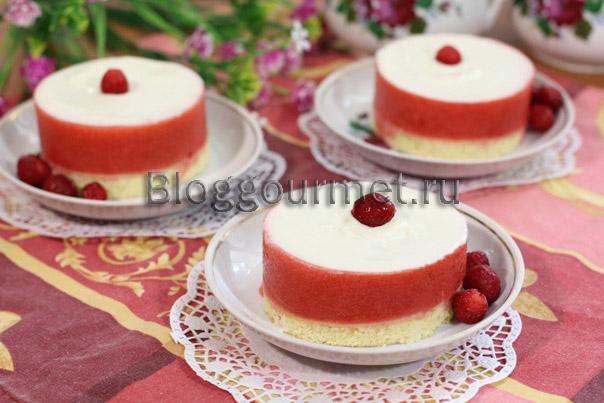 Пирожное с вишневым желе и белым шоколадом