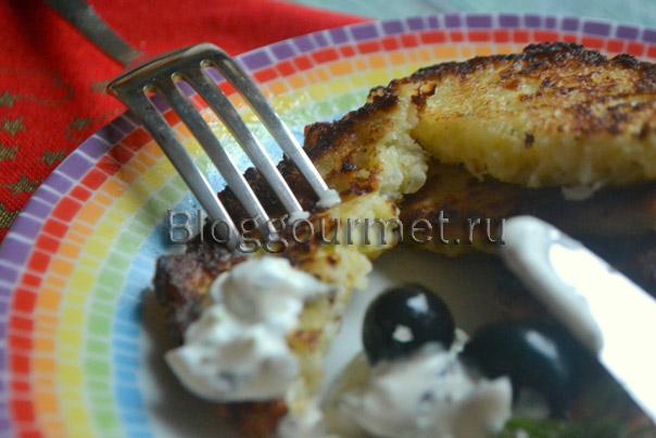 Луковые оладьи со сметанным соусом