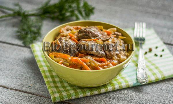 Куриная печень с овощами и сметаной