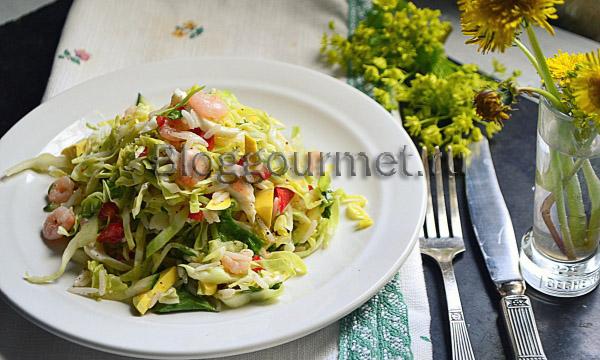 Легкий салат с овощами и коктейльными креветками