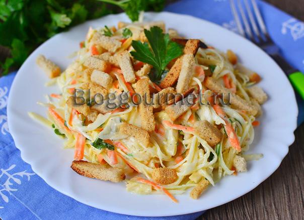 Салат из капусты с морковью и копченым колбасным сыром