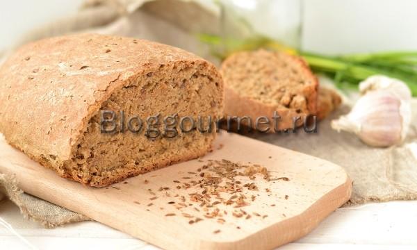"""Правильнее, конечно, будет сказать ржано-пшеничный хлеб, так как в нем по весу больше ржаной муки, чем пшеничной. Однако в рецепте этого хлеба главный герой – это солод. Если хотите получить по-настоящему черный хлеб чисто из ржаной муки, без добавления каких-либо красящих ингредиентов, типа кофе (есть в сетевых рецептах и такое), то без солода при выпечке хлеба не обойтись. В нашей семье любителей чисто «черняшки» нет, для нас подходит хлеб скорее темный, чем черный. Поэтому я и разбавляю ржаную муку пшеничной. А кроме того, научиться печь качественный ржаной хлеб, надо еще научиться. Сначала у многих, получается что-то сырое, тяжелое и клейкое, мало на хлеб похожее. Я оказалась в их числе, поэтому добавление пшеничной муки в ржаную для хлеба для меня все-таки более удачный вариант. Пшенично-ржаной хлеб получается гораздо темнее домашнего пшеничного хлеба. Он плотнее, тяжелее, но однозначно полезнее! Еще хочу добавить, что без солода темный хлеб совсем не то! Солод - это и аромат, хотя мне хочется сказать """"дух"""", такой по-настоящему хлебный запах, и витамины с микроэлементами. А кроме солода, для вкуса и пользы я в хлеб еще добавляю семена льна и мед. Ингредиенты: [ing] сухие дрожжи -2ч.л; мука пшеничная -225гр; мука ржаная -325гр; соль -1,5ч.л; масло растительное -2 ст.л; солод ржаной -40гр; кипящая вода -80мл; мед -2ст.л; смена льна -1ч.л; вода теплая -330мл; тмин-2ч.л (по желанию). [/ing] Приготовление пшенично-ржаного хлеба с солодом: [instr] Солод заливаем кипятком, нужно чтобы он распарился. Смешиваем пшеничную и ржаную муку, добавляем сухие дрожжи, семена льна и соль. Перемешиваем. Мед разводим в воде. Добавляем в сухие ингредиенты воду с медом по чуть-чуть, постоянно помешивая. Начинаем вымешивать тесто. Солод процеживаем и добавляем в тесто, продолжаем вымешивать тесто. Месть тесто для хлеба нужно не менее 10 минут. Тогда колобок станет мягким и будет липнуть к рукам. Оставляем тесто в тепле на 1 час. Через час тесто увеличится в объеме и поднимется. Мы его"""